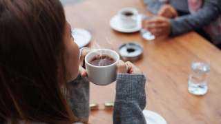 شرب الشاي أو القهوة ساخنين.. أخطر مما تتوقع