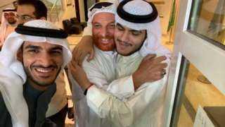 لحظة لقاء عائلة سعودية بابنها المختطف منذ 20 عاما موسى الخنيزي (فيديو)