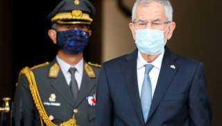 القبض على رئيس جمهورية اخترق حظر التجوال لتناول العشاء مع زوجته