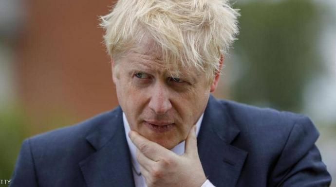بعد 100 ألف ضحية.. جونسون في مهب الانتقاد ومطالب الاستقالة