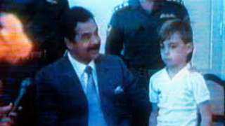 """صحيفة بريطانية تروي قصة الطفل الذي """"ركل ساق"""" صدام حسين أثناء اجتماعه بالرهائن الغربيين"""
