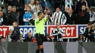 توقف مباراة نيوكاسل وتوتنهام بسبب حالة طبية طارئة